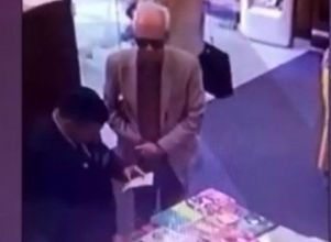 [VIDEO] Demoraron al embajador de México por intentar robarse un libro de $590 -