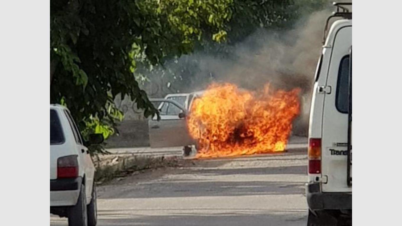 Por una falla mecánica, el fuego arrasó con un auto: una mujer se salvó de milagro -