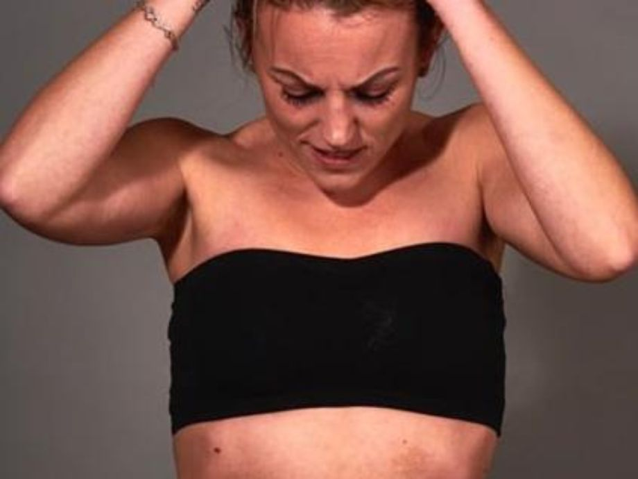 Sie legte Make-up auf, um den starken Schmerz der Endometriose zu zeigen - Brandsafety Endometriose