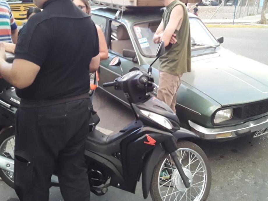 Golpeó a una mujer para quitarle la moto pero un auto lo chocó y le frustró el robo -