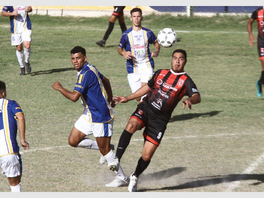 Iguales. Colón Junior no pudo hacerse fuerte de local e igualó ante el León, que todavía no puede ganar en lo que va del torneo. - Torneo Regional Amateur Colón Junior Atlético Trinidad