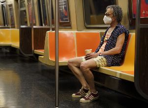 A man rides a subway in the Manhattan borough of New York City - ALARMA MUNDIAL POR CORONAVIRUS coronavirus Coronavirus en el mundo