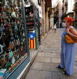 FILE PHOTO: A woman looks at masks displayed at a souvenir shop, amid the coronavirus disease (COVID-19) outbreak, in Barcelona, Spain July 27, 2020. REUTERS/Albert Gea/File Photo-NARCH/NARCH30 - ALARMA MUNDIAL POR CORONAVIRUS