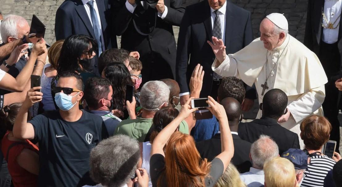 Francisco volvió a las audiencias generales: sin tapaboca y ante 500 fieles  amontonados  
