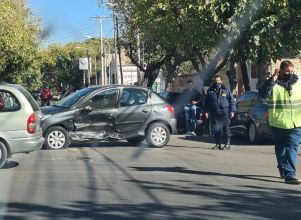 Fuerte choque entre dos autos en un cruce sin semáforos - accidente capital