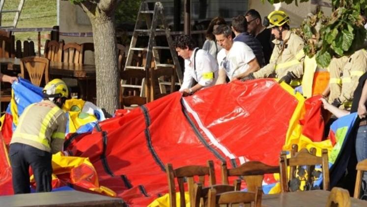 Una niña muere cuando castillo inflable sale volando en España