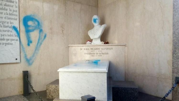 Profanaron el mausoleo del expresidente Raúl Alfonsín en el cementerio de Recoleta