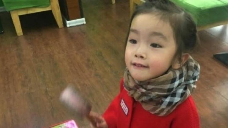 Maestra pegó la boca de una nena con pegamento y la mató