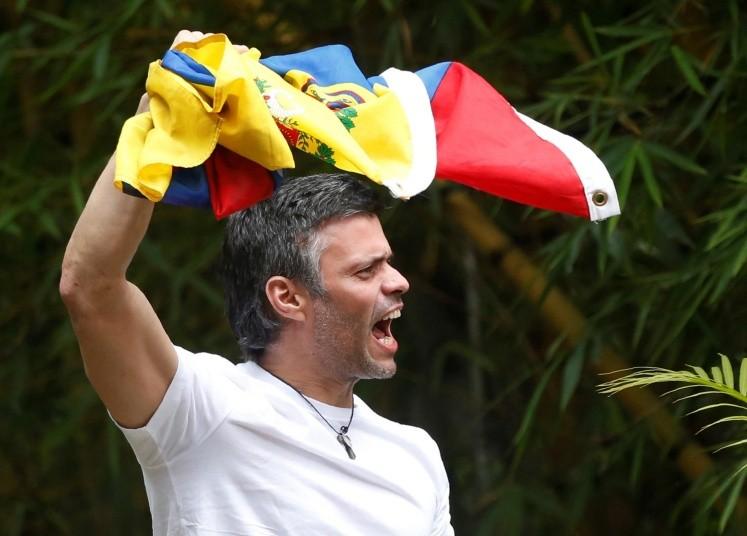 El líder de la oposición Leopoldo López sale de la cárcel — Venezuela