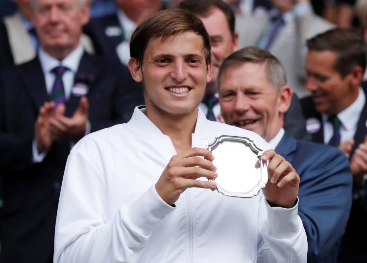 Premiado. Axel Geller número 1.497 del mundo llegó a las finales individual y de dobles en Wimbledon. Pese a molestias físicas logró festejar en dobles