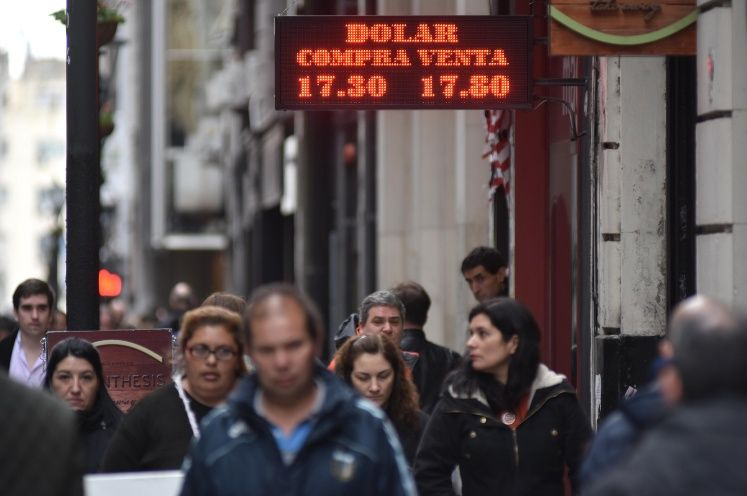 El dólar tocó los $18 ante la demanda y el clima electoral