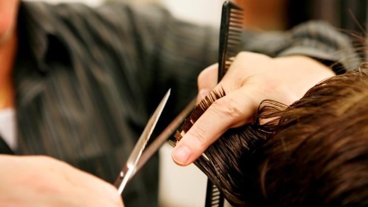 Buscan regular el trabajo de peluqueros: obliga a