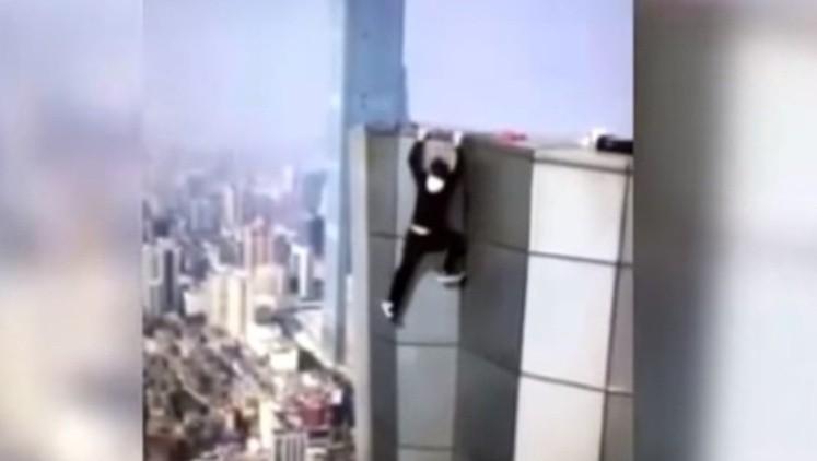 Filmó su propia muerte al caer desde un rascacielos — Video impactante