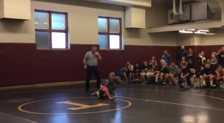 Niño defiende a su hermana en combate de lucha libre infantil