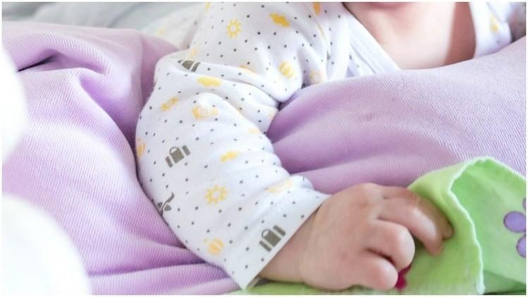 Beba de 44 días murió asfixiada por dormir entre sus padres