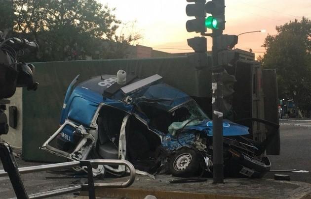 Dos policías muertos tras chocar con camión durante persecución en Pompeya