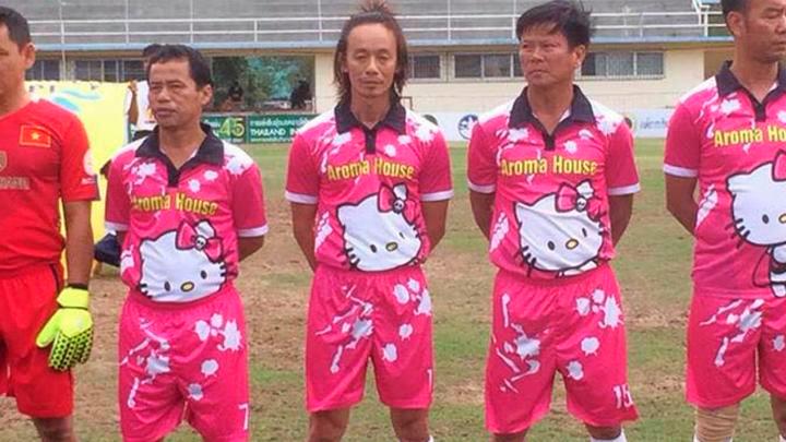 Un equipo de fútbol utilizó indumentaria con el motivo de Hello ... 42d5c01125fb9