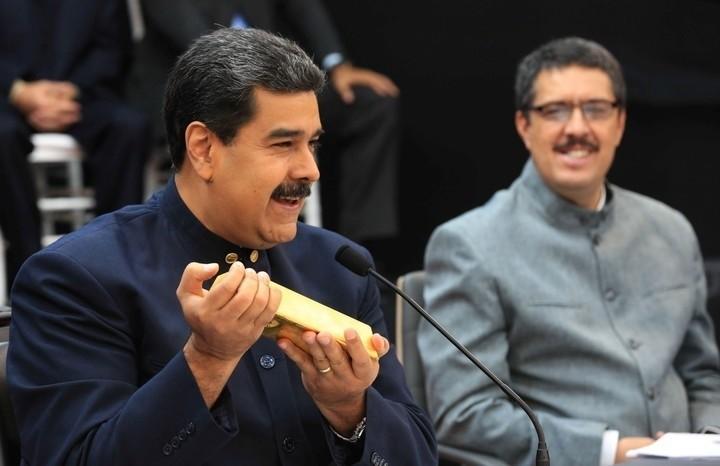 Agobiado por la hiperinflación, Maduro elimina tres ceros del bolívar