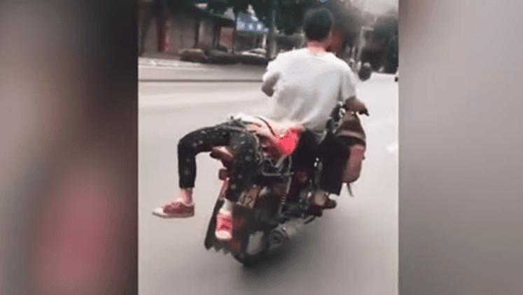 Ata a su hija a una motocicleta para llevarla a la escuela