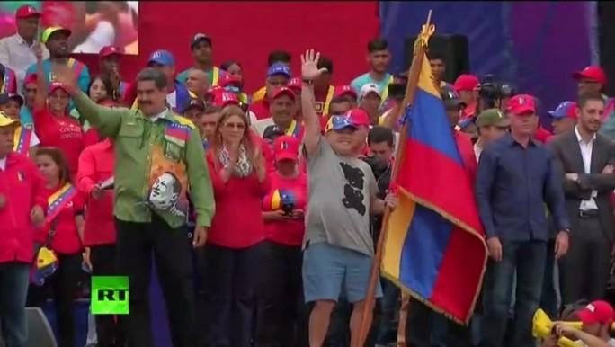 Así bailó Maradona durante el cierre de campaña de Maduro