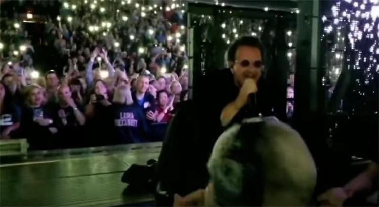 Bono sufre una aparatosa caída en pleno concierto de U2