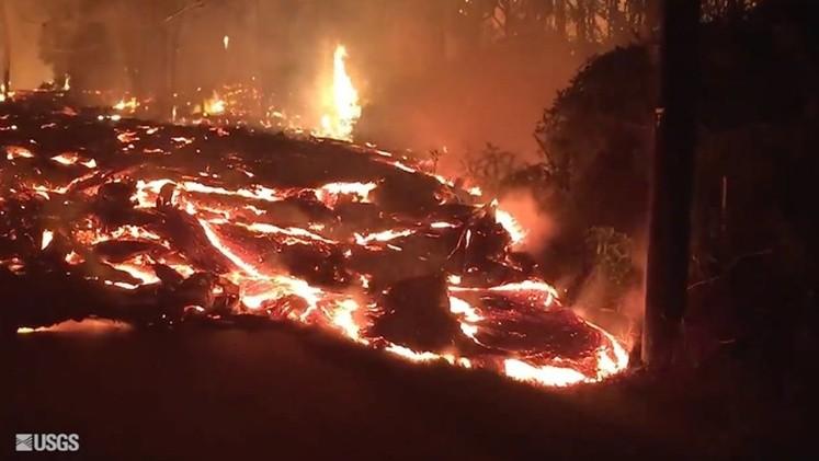 Esta fisura del volcán Kilauea continúa expulsando lava