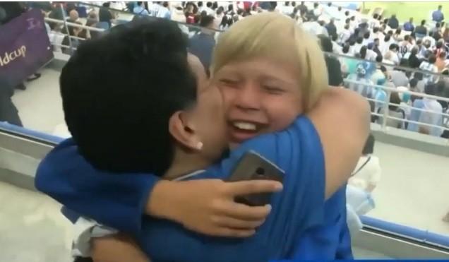 El apasionado beso de Diego Maradona a Maluma