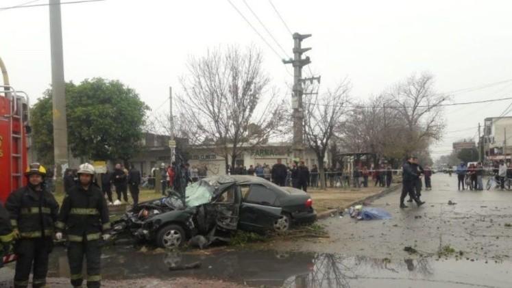 Un sujeto que se trasladaba a muy alta velocidad perdió el control del auto, se subió a la vereda y embistió a un grupo de personas que esperaba el colectivo.