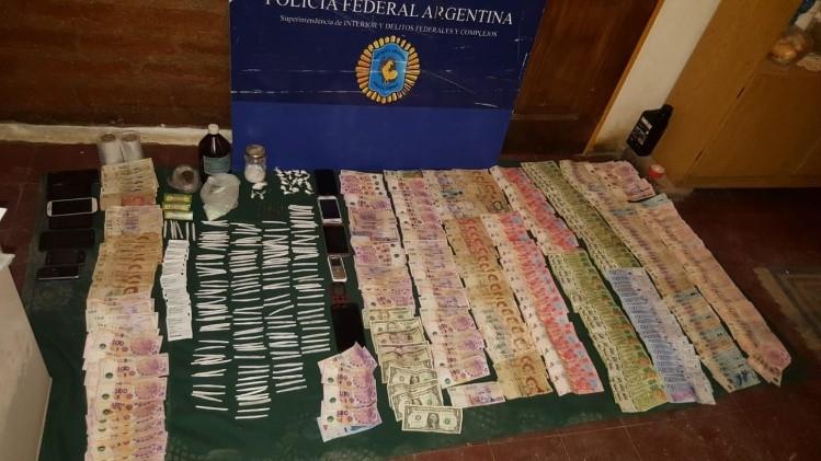 La Policía Federal detuvo a 4 personas y hallaron elementos para fraccionar la droga.