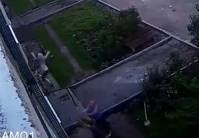 Dramático: Un bebé cayó del cuarto piso de un edificio