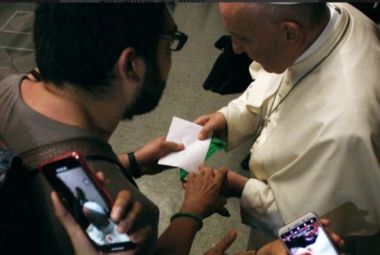 El regalo pro abortista al papa Francisco