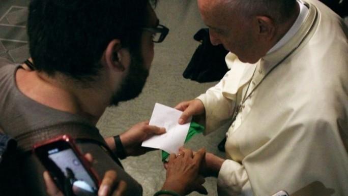 Un argentino le entregó el pañuelo verde al Papa