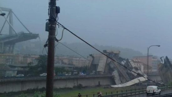 Difunden video del momento en que se desploma puente en Génova, Italia