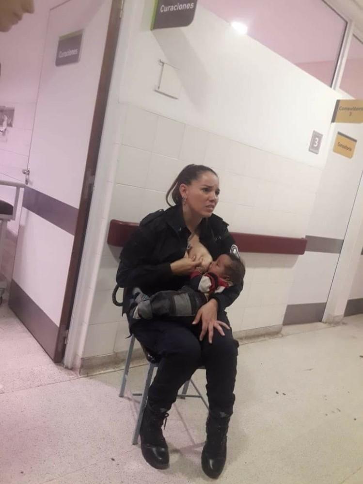 La oficial bonaerense se compadeció del llanto del bebé y solicitó permiso a los encargados del sector para amamantarlo.