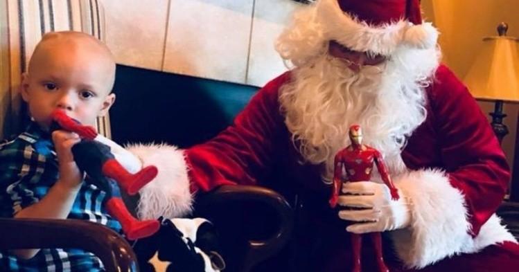 Vecinos adelantan la Navidad para niño de 2 años con cáncer terminal