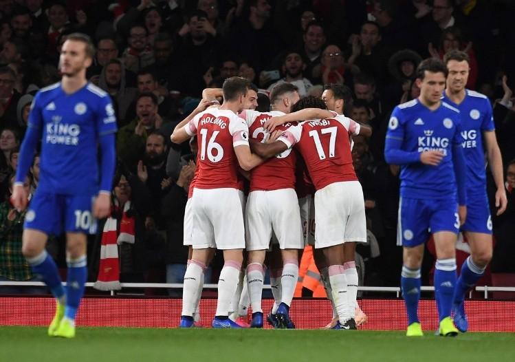 Arsenal venció a Leicester y sumó 10 victorias en línea