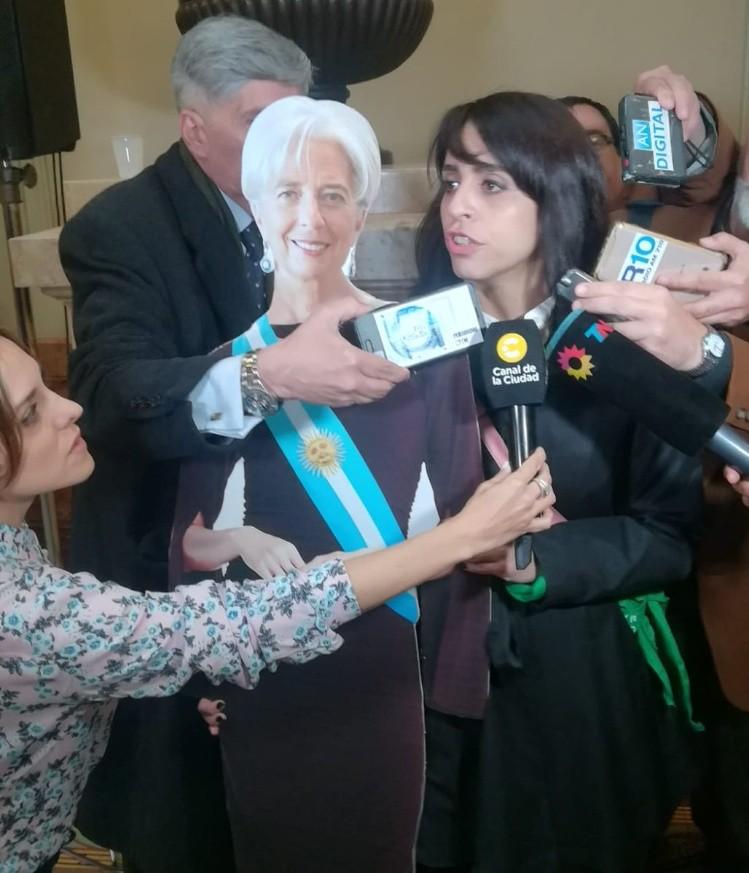 Debate por el Presupuesto: Victoria Donda llegó al recinto acompañada por