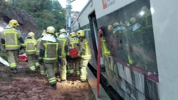 Un muerto y cinco heridos al descarrilar un tren cerca de Barcelona