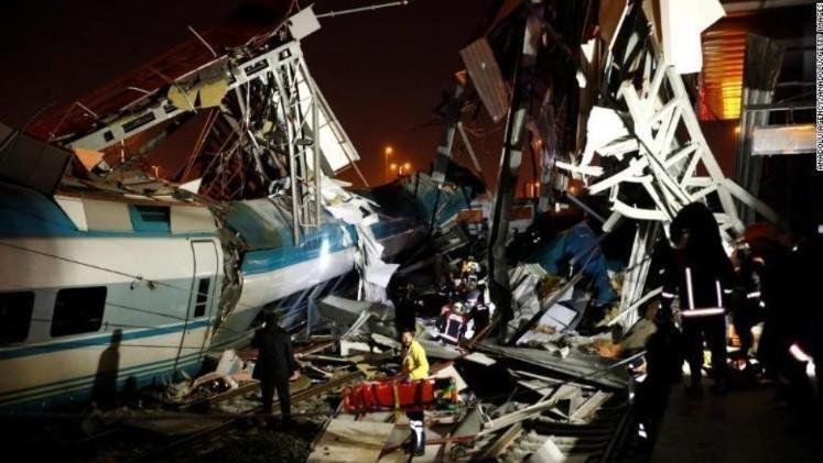 Un tren de alta velocidad choca contra una locomotora — Tragedia en Turquía