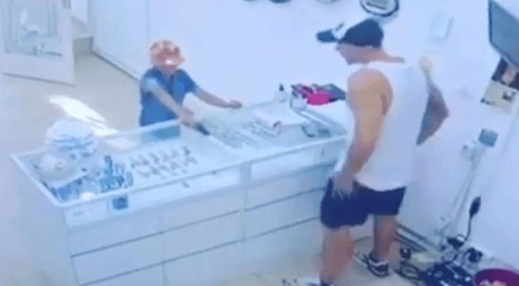 Doloroso Un Nene De Ocho Años Trató De Robar Una Joyería Con Un