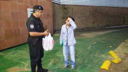 Resultado de imagen para policias le pagaron la comida a una abuela