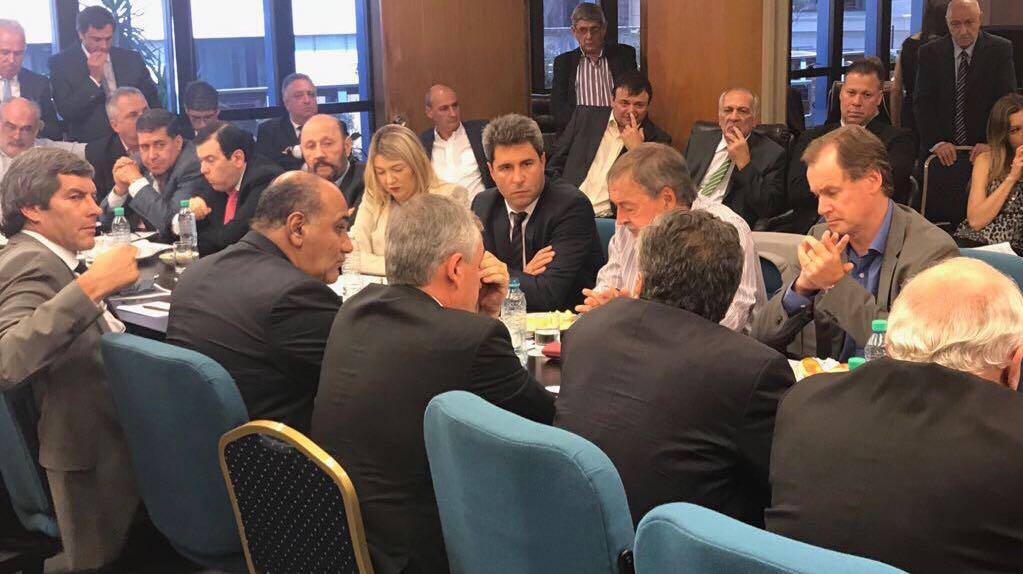 Macri firmó con gobernadores el acuerdo de equilibrio fiscal
