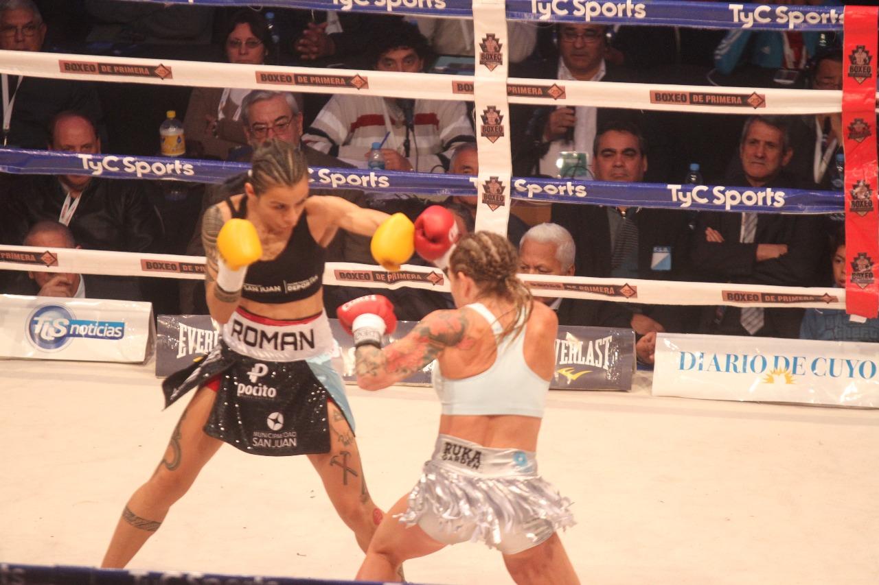 Cecilia Román volvió a ganarle a Carolina Duer y retuvo el título mundial - boxeo Estadio Aldo Cantoni