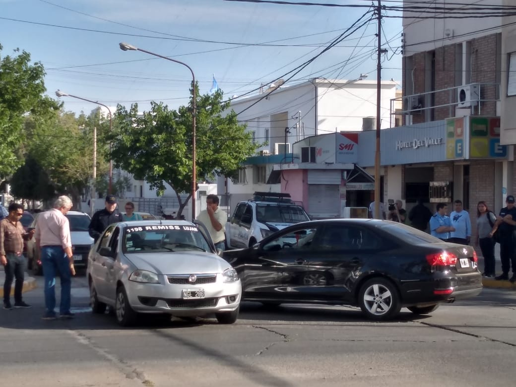 Fuerte choque en una esquina con semáforos y a media cuadra de la Central de Policía - Capital Accidente