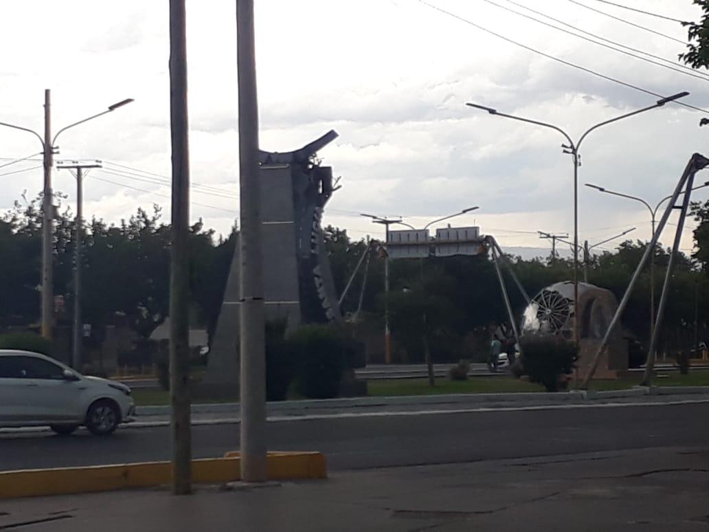 El viento derribó el globo terráqueo de Santa Lucía y de milagro no causó una tragedia