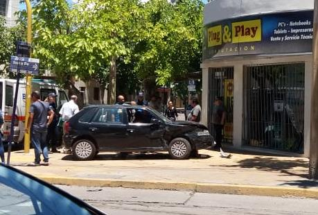 Se metió a la vereda y rompió el frente de un local tras chocar en un cruce con semáforos - Accidente Capital